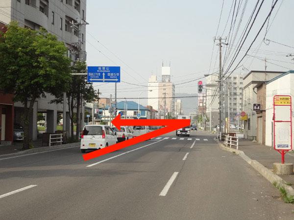 高砂通りから自由市場・中央郵便局方面に左折してすぐ左側です。