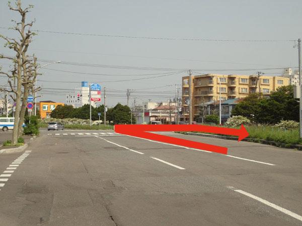 中央郵便局前のグリーンベルトのある道路を国道5号線方面に向かい、高砂通りとの交差点をUターンしてすぐ左側です。